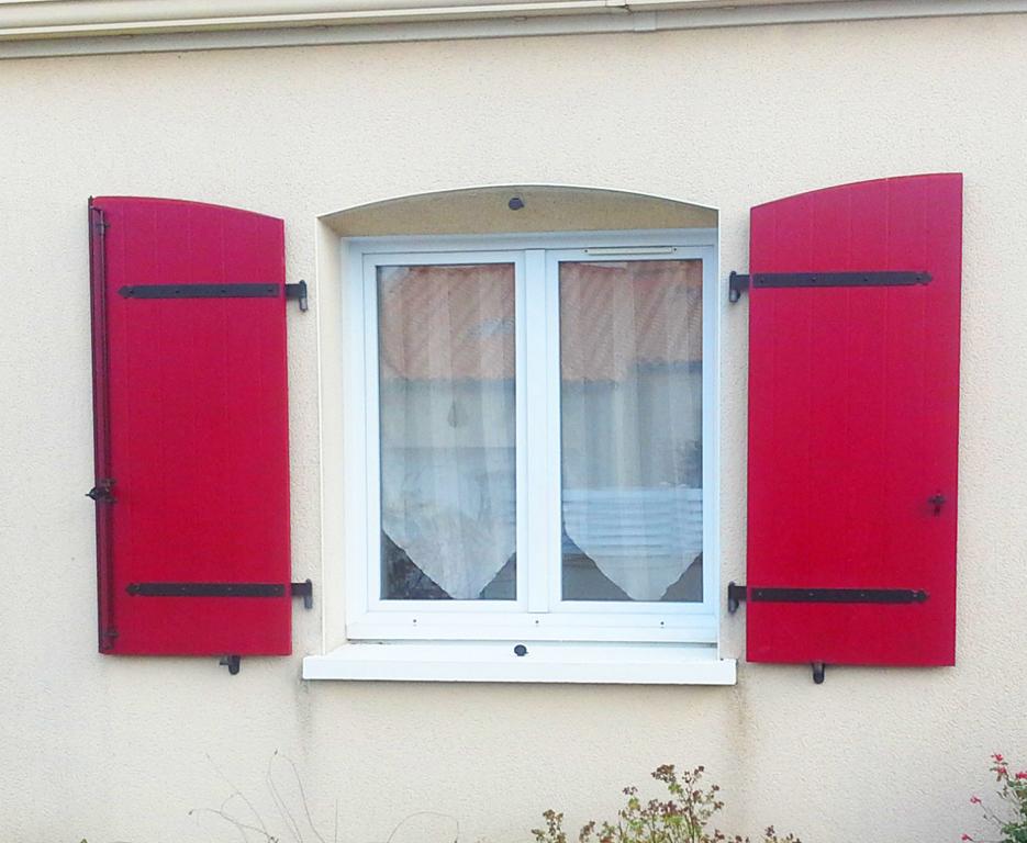 volet rouge composite cintr polyhabitat volet en fibre de verre. Black Bedroom Furniture Sets. Home Design Ideas
